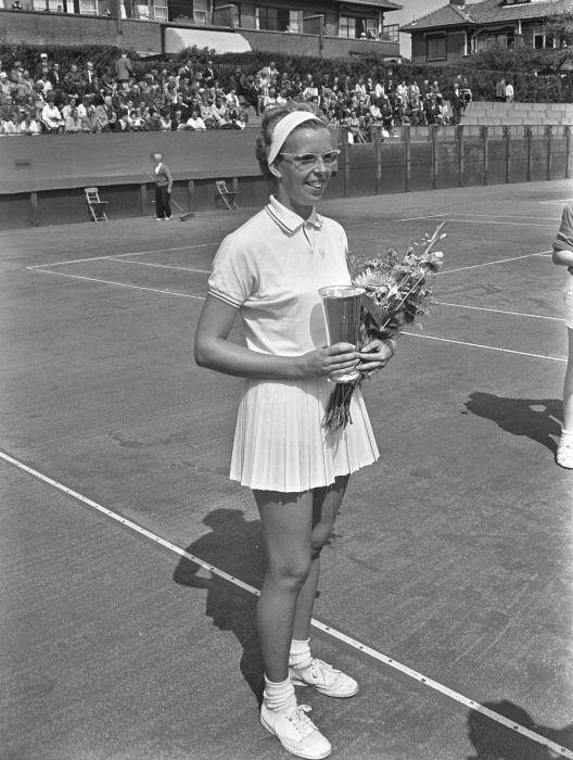 1963-08-18 - MEVR. JENNY RIDDERHOF, DIE KAMPIOENE WERD IN HET DAMES-ENKELSPEL